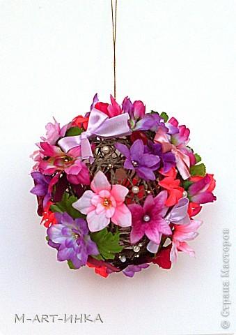 Розовый шар в бантах и цветах фото 2