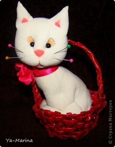 Знакомый попросил меня сделать в подарок одной любительнице кошачьего племени сувенир -кошку. Вот, что получилось. Кошка сшита из капрона, корзиночка- плетение из газет.  фото 1