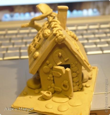 После пряничного домика слепила доче домик из пластилина. фото 2