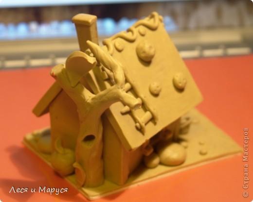 После пряничного домика слепила доче домик из пластилина. фото 3