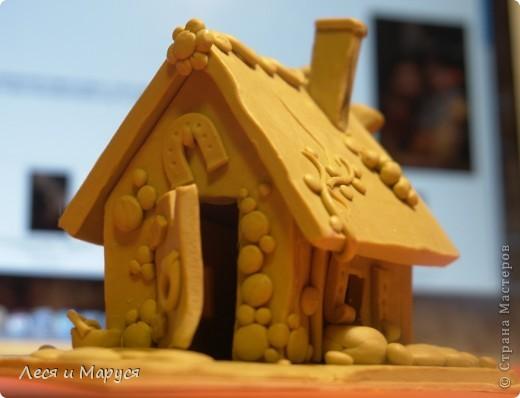 После пряничного домика слепила доче домик из пластилина. фото 1