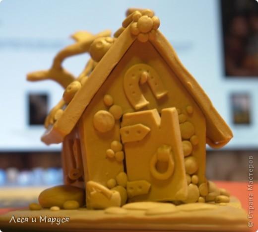 После пряничного домика слепила доче домик из пластилина. фото 4