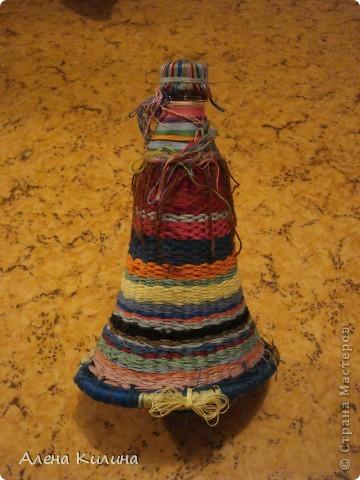 Для работы нужны пластиковая бутылка 0.5 л и нитки мулине различной раскраски.  1 на пяльцах в виде солнышка закрепить нити а затем как при плетении их газеты протягивайте нити по окружности. фото 3