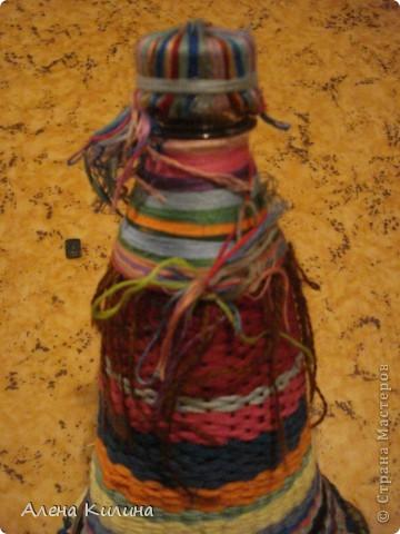 Для работы нужны пластиковая бутылка 0.5 л и нитки мулине различной раскраски.  1 на пяльцах в виде солнышка закрепить нити а затем как при плетении их газеты протягивайте нити по окружности. фото 4