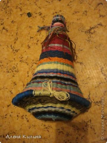 Для работы нужны пластиковая бутылка 0.5 л и нитки мулине различной раскраски.  1 на пяльцах в виде солнышка закрепить нити а затем как при плетении их газеты протягивайте нити по окружности. фото 1