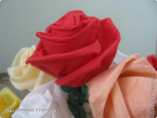 Как обещала добавляю несколько фотографий в мастер класс по изготовлению роз из бумажных салфеток.См мастер класс от11 марта 2011   http://stranamasterov.ru/node/162472 . Я обещала разместить фото роз в корзинке. фото 6