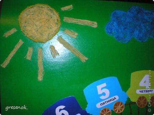 Такую развивашку я делала сыну в садик. Цель игры - каждый день переставляя фигурку из вагончика в вагончик, изучить: дни недели, цвета радуги, цифры от 1 до 7. фото 4