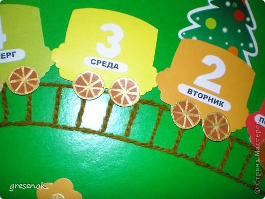 Такую развивашку я делала сыну в садик. Цель игры - каждый день переставляя фигурку из вагончика в вагончик, изучить: дни недели, цвета радуги, цифры от 1 до 7. фото 2