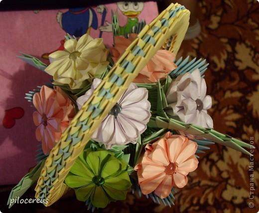 Корзинка с цветами. на всю работу ушло около 900 модулей фото 3