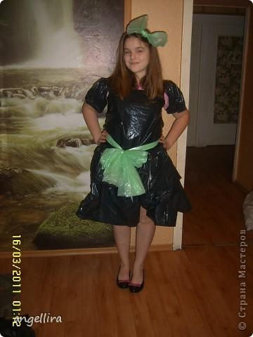 Завтра у дочки в художественной школе маскарад и она принесла домой платье,которое они делали в школе,на доделку. И тут я с удивлением обнаруживаю,что в платье она  не влезает! :) что делать? хорошо что в доме были мешки, я срочно  обрезала верх платья,в которое она еле влезла сделала ей двойную юбку, приделала рукава. Чего то не хватает! фото 2