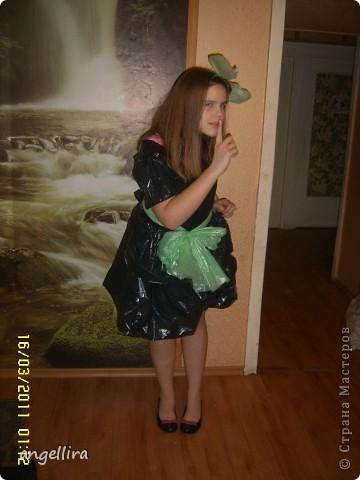 Завтра у дочки в художественной школе маскарад и она принесла домой платье,которое они делали в школе,на доделку. И тут я с удивлением обнаруживаю,что в платье она  не влезает! :) что делать? хорошо что в доме были мешки, я срочно  обрезала верх платья,в которое она еле влезла сделала ей двойную юбку, приделала рукава. Чего то не хватает! фото 1