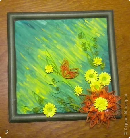 Вот нашла тонкую пластмассовую картинку, еще в школе подарили, центр вырезала канцелярским ножом, а сверху приклеила собственноручно нарисованное панно. Украсила цветками квиллинга. фото 2