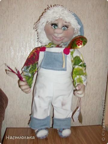 Вот такой мальчуган у меня родился. Сначала задумывался совершенно другой образ, а как убеждаюсь не первый раз кукла сама решает кем ей быть. Не знаю почему, но в процессе создания на языке крутилась песенка про Антошку, который не хотел идти копать картошку. фото 1