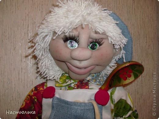 Вот такой мальчуган у меня родился. Сначала задумывался совершенно другой образ, а как убеждаюсь не первый раз кукла сама решает кем ей быть. Не знаю почему, но в процессе создания на языке крутилась песенка про Антошку, который не хотел идти копать картошку. фото 2