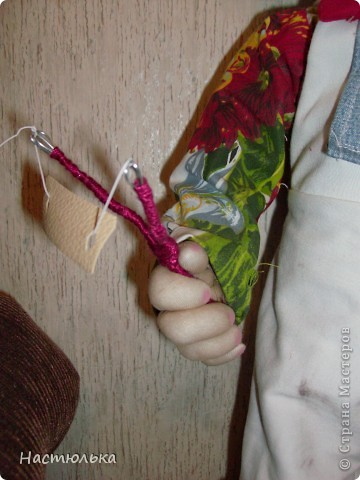 Вот такой мальчуган у меня родился. Сначала задумывался совершенно другой образ, а как убеждаюсь не первый раз кукла сама решает кем ей быть. Не знаю почему, но в процессе создания на языке крутилась песенка про Антошку, который не хотел идти копать картошку. фото 3