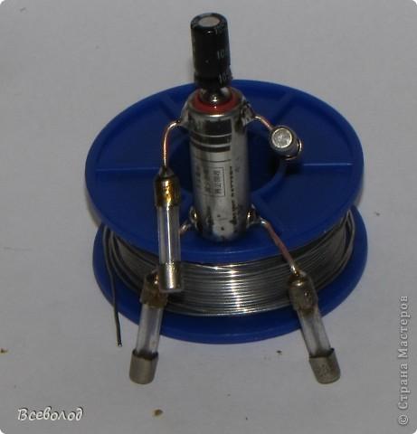 Итак! Материалами нам послужат  проволока медная моножильная диаметром 0.8 - 1.2 мм предохранитель сгоревший - 4 шт батарейка типа А23 (или А27 - эти тоньше) конденсатор (небольшого размера)  фото 8