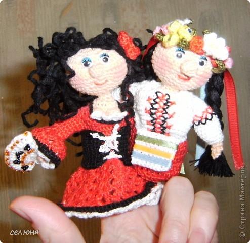 Вот такие пальчиковые куколки в национальных костюмах связала на конкурс в интернете. Познакомьтесь - это жгучая испанка донна Анна и очаровательная украиночка Оксана фото 1