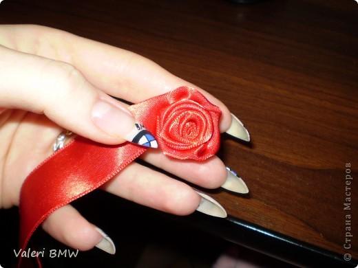 Возьмите атласную ленту шириной 3см, (если лента уже или шире, то и розы будут немного меньше или больше) иголку и нитки в соответствии с цветом ленты. Цвет лент из-за вспышки искажается, на самом деле, намного нежнее и красивее. Я взяла двухстороннюю ленту, но можно взять одностороннюю(она дешевле, но не такая мягкая) фото 6