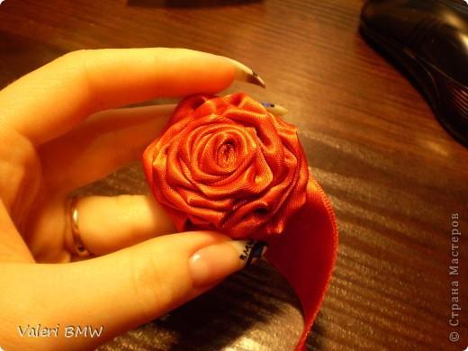 Возьмите атласную ленту шириной 3см, (если лента уже или шире, то и розы будут немного меньше или больше) иголку и нитки в соответствии с цветом ленты. Цвет лент из-за вспышки искажается, на самом деле, намного нежнее и красивее. Я взяла двухстороннюю ленту, но можно взять одностороннюю(она дешевле, но не такая мягкая) фото 9