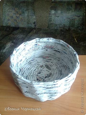 Моё первое творение из газетных трубочек. Спасибо Вере С. за МК! Плела узор восьмёрочкой, вроде ничего получилось.