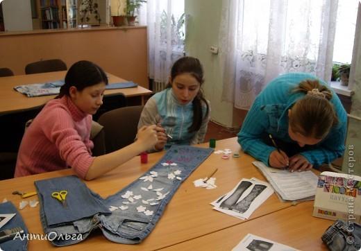 """Несколько лет назад мы в кружке на районный конкурс """"В джинсах только девушки"""" готовили сюрприз. Материалы вы видите на столе. Участники - девочки 4-6 классов. фото 7"""