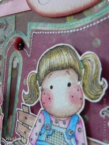 """Открытка с Тильдой в форме леечки не разворачивается. Она двусторонняя. Сзади магнитик - можно эту открытку как украшалочку """"прилепить"""" куда-нибудь. Сбоку в открытке есть кармашек. В него вставляется тег с поздравлением и с подвесочками - ключиком и замочком.  фото 5"""