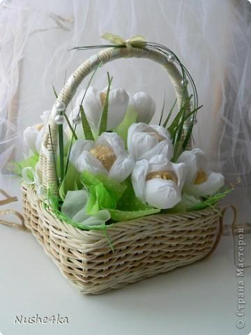 Вот такой нежный весенний букетик получился в подарок маме на 8 марта)).Конфеты закреплены на шпажках, в корзинке укреплены в пиафлоре. Использована гофрированная бумага, искусственная травка, бусины, кусочки упаковки для цветов из сизаля, фетра и органзы.