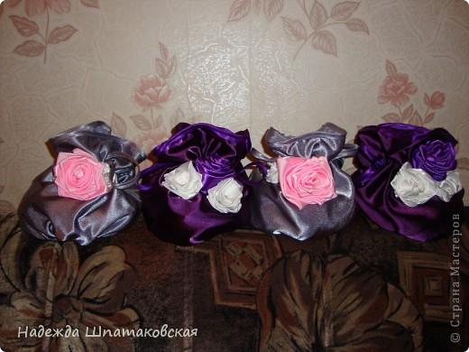 Сумочки-мешочки были сшиты к 8 марта и успешно раздарены. Внутрь положила конфетки. Украшены розами из лент. фото 1
