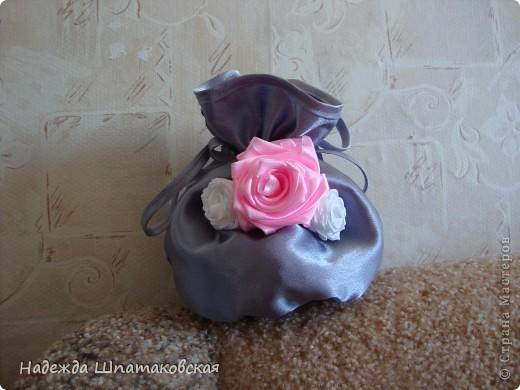 Сумочки-мешочки были сшиты к 8 марта и успешно раздарены. Внутрь положила конфетки. Украшены розами из лент. фото 2