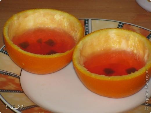 Для приготовления такого желе нам понадобится пачка желе, для контраста берём красное, в моём случае клубничное, пару небольших апельсинов. У меня оставался один, а остаток желе я просто в чашке оставила застывать. фото 9