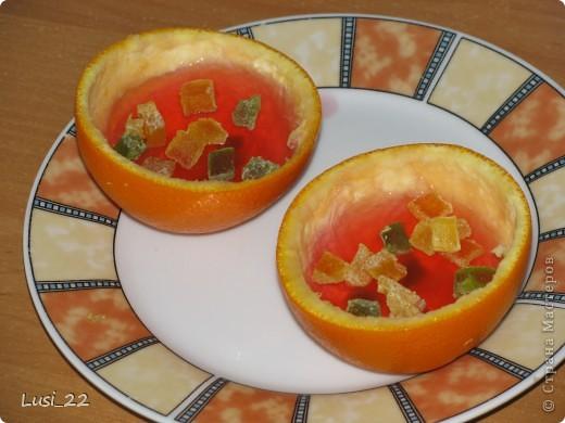 Для приготовления такого желе нам понадобится пачка желе, для контраста берём красное, в моём случае клубничное, пару небольших апельсинов. У меня оставался один, а остаток желе я просто в чашке оставила застывать. фото 10