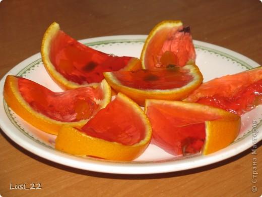 Для приготовления такого желе нам понадобится пачка желе, для контраста берём красное, в моём случае клубничное, пару небольших апельсинов. У меня оставался один, а остаток желе я просто в чашке оставила застывать. фото 1