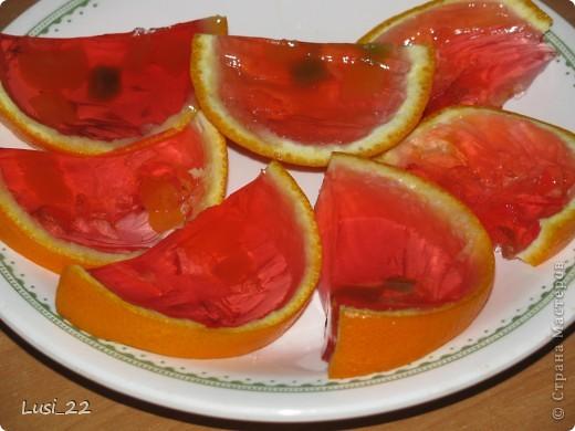 Для приготовления такого желе нам понадобится пачка желе, для контраста берём красное, в моём случае клубничное, пару небольших апельсинов. У меня оставался один, а остаток желе я просто в чашке оставила застывать. фото 12