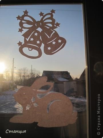 Не знаю, почему, но очень люблю работать с бумагой. А вырезать -так это хлебом не корми))) Еще в прошлый Новый год мне захотелось украсить дом не мишурой блестящей, которая, честно говоря, немного утомила, а бумажными поделками.  Наделали со старшеньким дитем снежинок объемных, ангелов, подвесок и вырезалок целое множество. В этот Новый год ситуация повторилась - я с еще большим энтузиазмом принялась переводить бумагу. Украсили таким образом и группу в детсаду))) Шаблоны брались из различных мест в великом и могучем Интернете))) Как говорится, с миру по нитке... фото 4