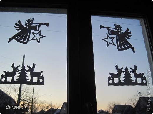 Не знаю, почему, но очень люблю работать с бумагой. А вырезать -так это хлебом не корми))) Еще в прошлый Новый год мне захотелось украсить дом не мишурой блестящей, которая, честно говоря, немного утомила, а бумажными поделками.  Наделали со старшеньким дитем снежинок объемных, ангелов, подвесок и вырезалок целое множество. В этот Новый год ситуация повторилась - я с еще большим энтузиазмом принялась переводить бумагу. Украсили таким образом и группу в детсаду))) Шаблоны брались из различных мест в великом и могучем Интернете))) Как говорится, с миру по нитке... фото 1
