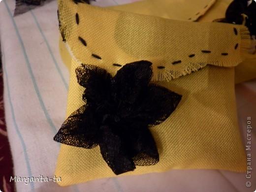Вот такой подарочек мы с дочей решили сделать её подружке на 10 лет) Попробуем сделать вместе И так нам потребуется  1.материал хорошо держащий форму 2. отделочный,у меня чёрно-жёлто-белый,это будет у нас внутренняя часть сумочки 3.клеевая 4.ниточки иголочки Нууу и хорошее настроение))) фото 25