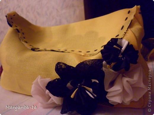 Вот такой подарочек мы с дочей решили сделать её подружке на 10 лет) Попробуем сделать вместе И так нам потребуется  1.материал хорошо держащий форму 2. отделочный,у меня чёрно-жёлто-белый,это будет у нас внутренняя часть сумочки 3.клеевая 4.ниточки иголочки Нууу и хорошее настроение))) фото 26