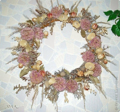 Хочу показать некоторые мои работы из сухоцветов. Может кому-то приглянутся отдельные идеи :). Увлекалась этим давно - лет 8 назад. Кое-какие работы оказались недолговечными, а многие радуют и по сей день - разве что чуть поблекли немножко.  Очень люблю этот венок. Растения закрепляла на сплетенном из ивовых веток венке. В венок вошли цветки лука-лизуна, молюцела, кермек, лавр, коробочки дильфиниума и всяческие колосочки, которые удалось собрать на природе, веточки туи окрашены серебряным лаком (для волос ))) ). Правда там еще вплетены шарики на проволочке покупные (для новогоднего декора продавались, но я использовала в других поделках ) Венок получился долгожитель - лет 7 выдержал точно (есть ли сейчас - не помню, т.к. делала его на подарок) фото 1