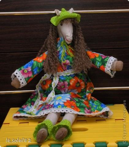 Сшила в подарок вот такую тильду-лошадь. Шляпка и гетры вязаные. Платье из бязи. фото 3