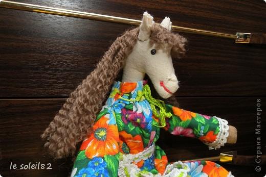 Сшила в подарок вот такую тильду-лошадь. Шляпка и гетры вязаные. Платье из бязи. фото 4