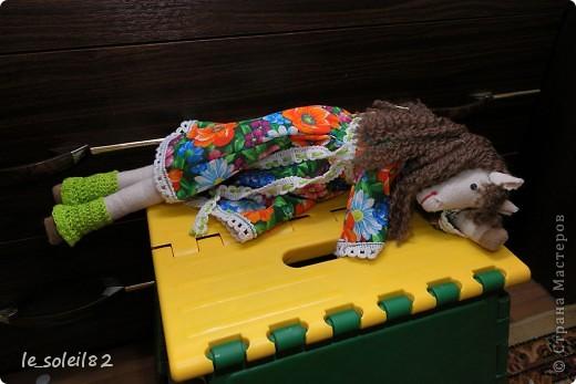 Сшила в подарок вот такую тильду-лошадь. Шляпка и гетры вязаные. Платье из бязи. фото 6