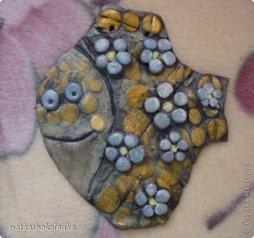 Рыба сделана по МК ANAID http://stranamasterov.ru/node/68302. Оригинал намного красивее, но я только учусь... Одна из ошибок, которые я сделала= покрыла сначала глянцевым лаком, потом перекрывала матовым, но глянец кое-где выступает...