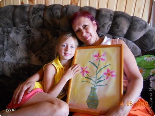 Ксюша занимается в изостудии . Очень любит рисовать . Это подарок бабушке на день рождения. Любимые цветы из сада- лилии . фото 1