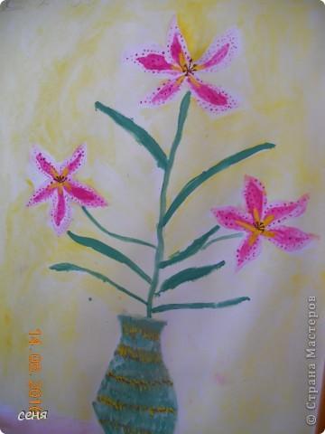 Ксюша занимается в изостудии . Очень любит рисовать . Это подарок бабушке на день рождения. Любимые цветы из сада- лилии . фото 2