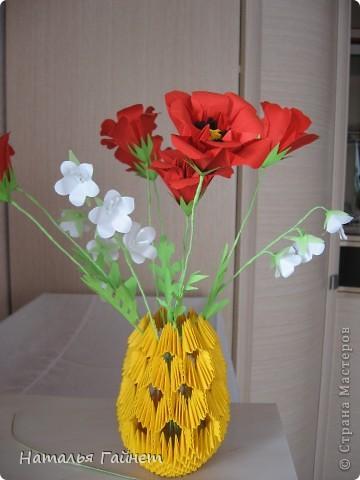 """Букет из красных маков и белых колокольчиков в самодельной вазочке. Маки - модуль """"Лилия"""" или """"Ирис"""", ссылочка на МК http://stranamasterov.ru/node/47890.  фото 1"""