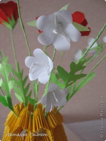 """Букет из красных маков и белых колокольчиков в самодельной вазочке. Маки - модуль """"Лилия"""" или """"Ирис"""", ссылочка на МК http://stranamasterov.ru/node/47890.  фото 4"""