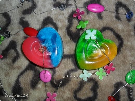 мылки для влюблённых)))) красно-синие: клубника и кокос жёлто-зелёное : мята и лимон  Нам необходимо: - прозрачная основа для мыла (около 80 гр, в зависимости от размера формы), - красный и синий красители , - форма в виде сердца (у меня на кусочек мыла весом 80 гр), - люфа (кусочек 1-1,5 см шириной), - ароматизатор, - медицинский спирт. - не целая ч.л.  ложка БМ ростков пшеницы фото 1