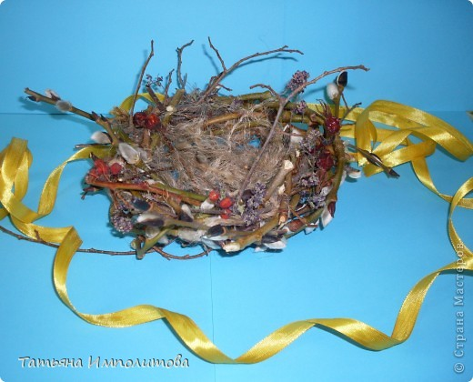 """Срочно нужна была поделка на птичью тему,птички у нас были и я решила """"свить""""гнездо. В живую выглядит лучше. Веточки берёзы связывала шпагатом,а потом обмотала вербой,добавила суш.шиповник,рябину,цветочки фото 1"""