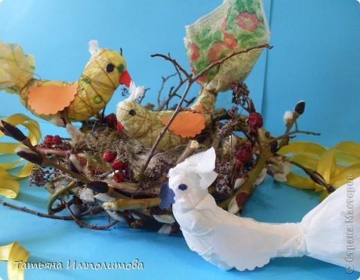"""Срочно нужна была поделка на птичью тему,птички у нас были и я решила """"свить""""гнездо. В живую выглядит лучше. Веточки берёзы связывала шпагатом,а потом обмотала вербой,добавила суш.шиповник,рябину,цветочки фото 2"""