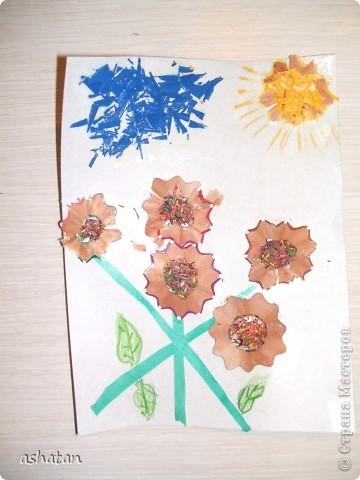 """""""Мимоза"""" - самостоятельная работа  Материал: бумага, картон, ладошки и пальчики сынишки , гуашь, кисточка, фигурный дырокол, цветная бумага, клей-карандаш Выполнено: 24.02.2011г. Сынульке 5л11м  фото 2"""